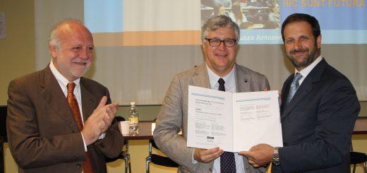 La consegna del riconoscimento, da sinistra Di Silverio, De Toni, Privato