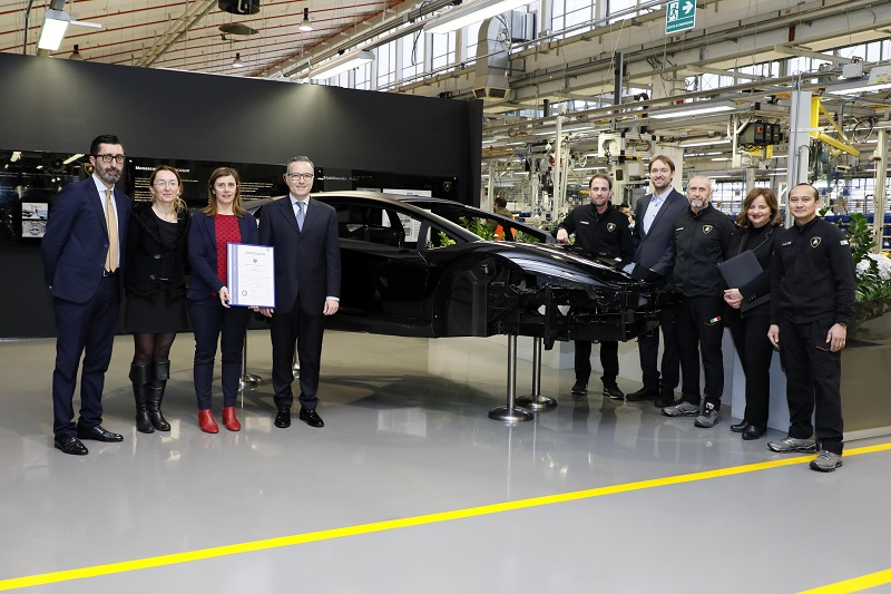 consegna certificato Tuv Italia a Lamborghini fibra carbonio magazine qualità